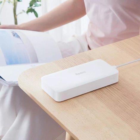 Xiaomi Redmi Power bank 20000 mAh na stolu